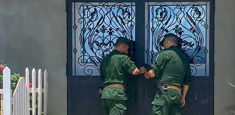 Polizisten beim Versiegeln einer Kirchentür in Algerien