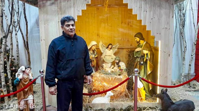 Ismaeil Maghrebinejad beim Besuch einer Weihnachtskrippe