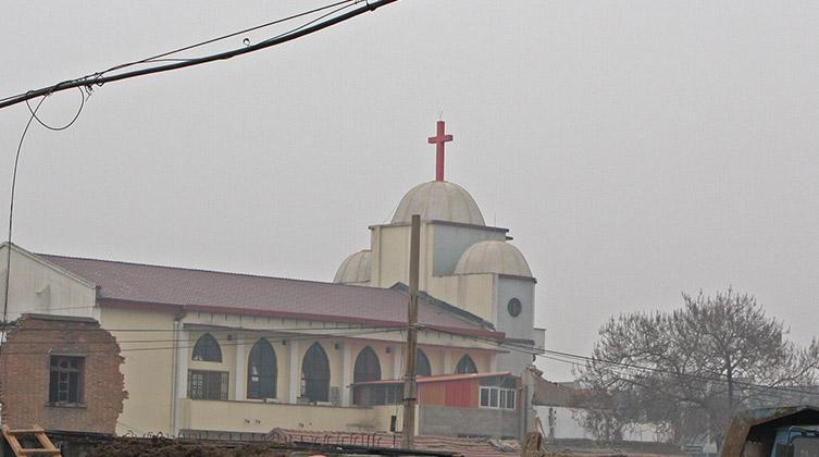 Das Kreuz auf dieser Drei-Selbst-Kirche in der Provinz Henan ist weithin sichtbar.