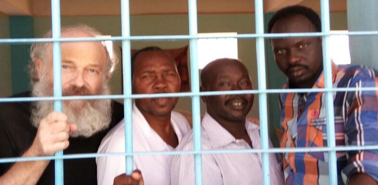 Bild: Pastor Hassan Kodi (2. Von links) und Abdulmonem Abdumawla (rechts)