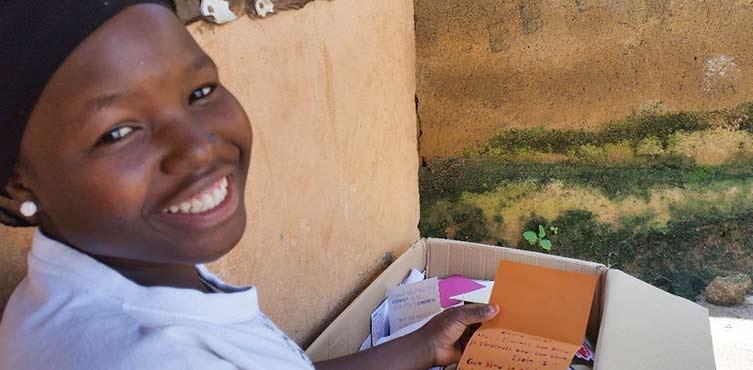 Zita mit Briefen von Christen aus aller Welt