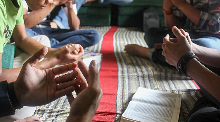 Christen muslimischer Herkunft beten und studieren die Bibel gemeinsam