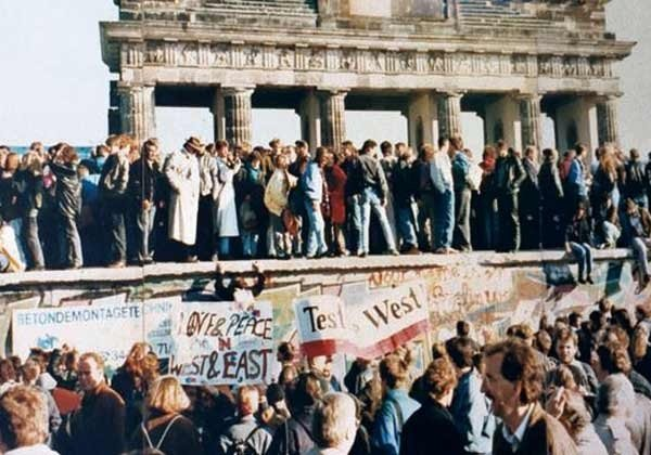 Feiernde Menschenmenge am Brandenburger Tor am 10. November 1989; Foto: Lear 21 at English Wikipedia [CC BY-SA 3.0 (https://creativecommons.org/licenses/by-sa/3.0)]